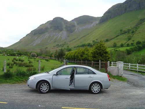 Driving in Ireland (Flickr/Infodad)